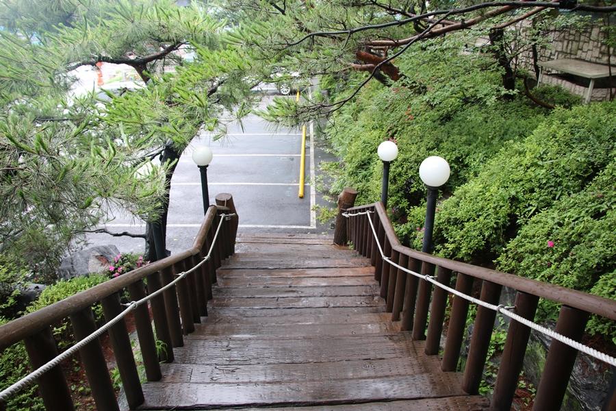 주차장으로 내려가는 계단
