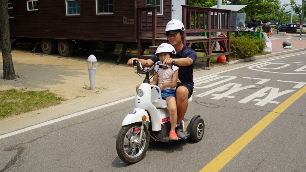전기 자전거를 타는 부자