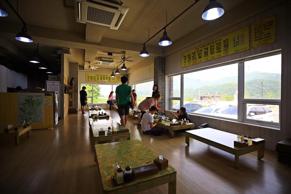 깔끔한 식당 내부 모습