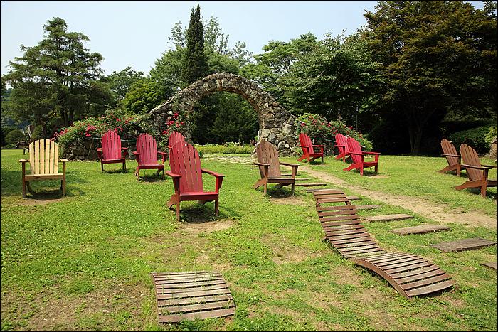 휴식을 취할 수 있는 나무 벤치들