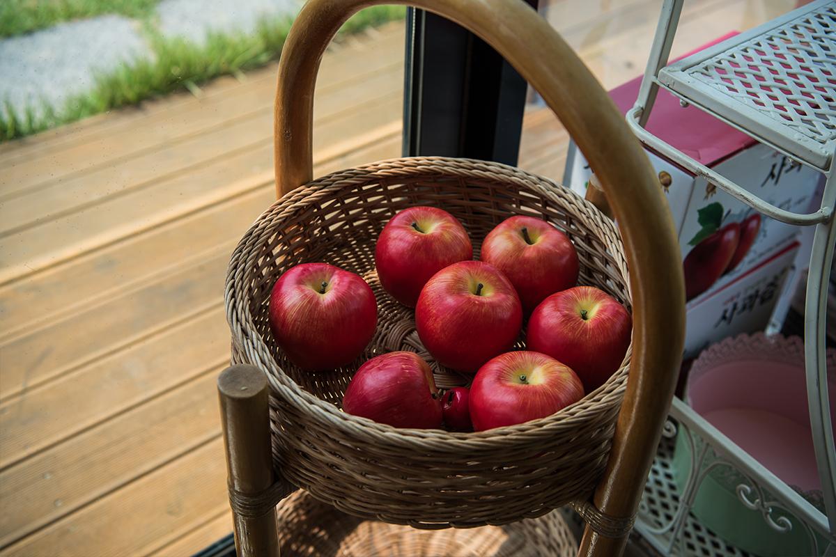 바구니에 담겨있는 사과