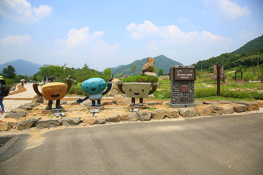 한탄강.임진강 지질공원 표지판과 캐릭터 조형물들