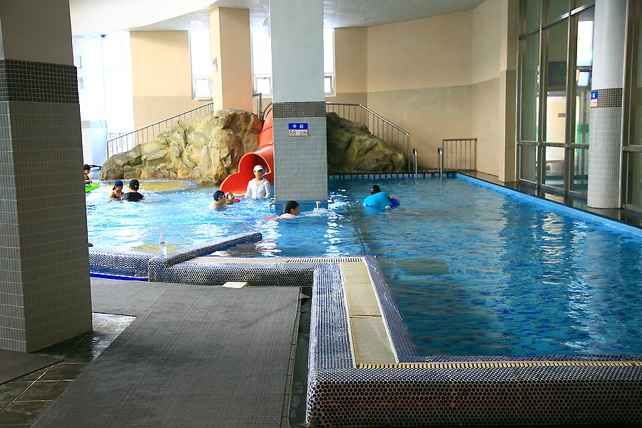 실내 수영을 즐기는 사람들
