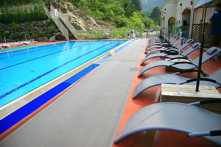 야외수영장과 선베드