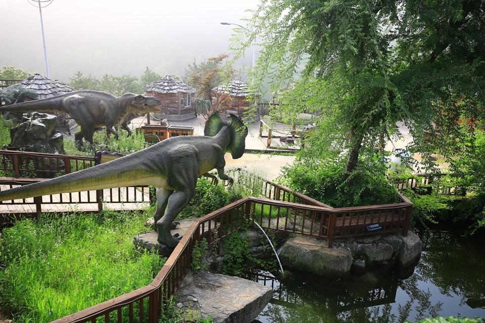 공룡마을의 공룡 모형들