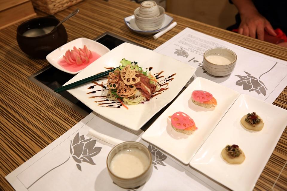 홍련코스의 타락죽, 동치미, 연근연어초밥, 찹쌀 화전, 연근 샐러드, 양파초절임