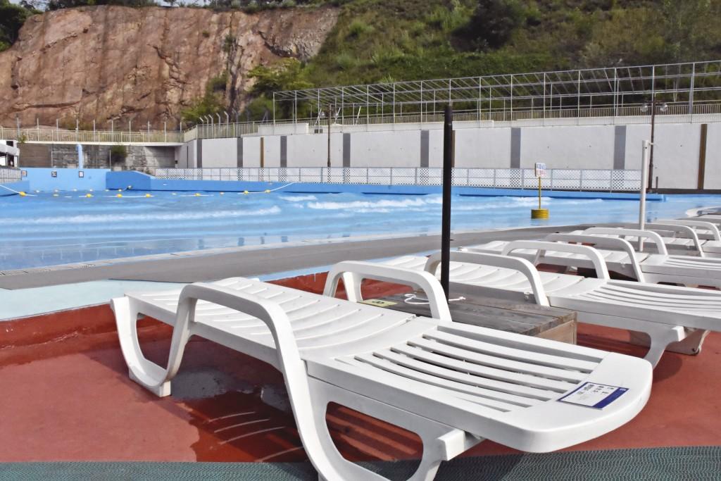 선베드와 수영장