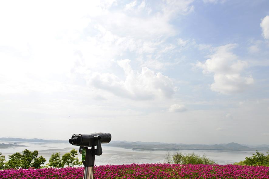 망원경 뒤로 보이는 임진강