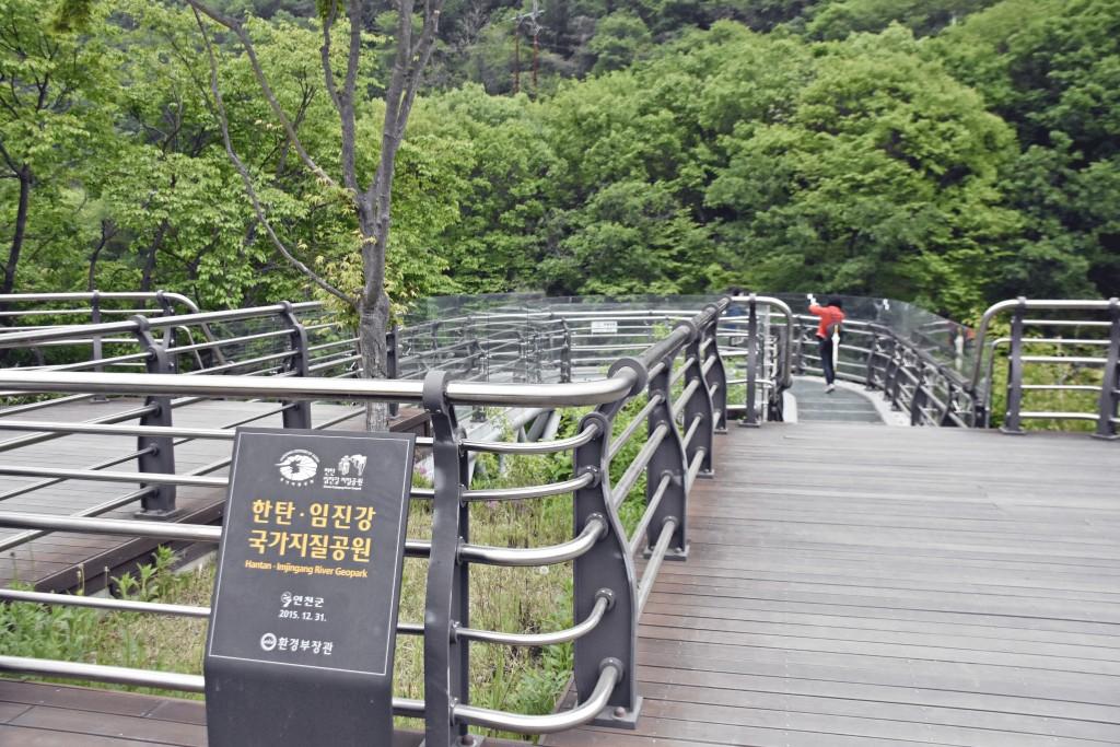 한탄.임진강 국가지질공원 표지판과 데크길