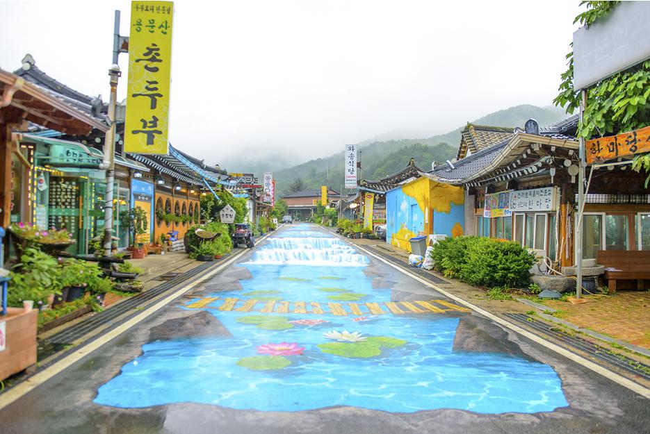 바닥 벽화와 식당들