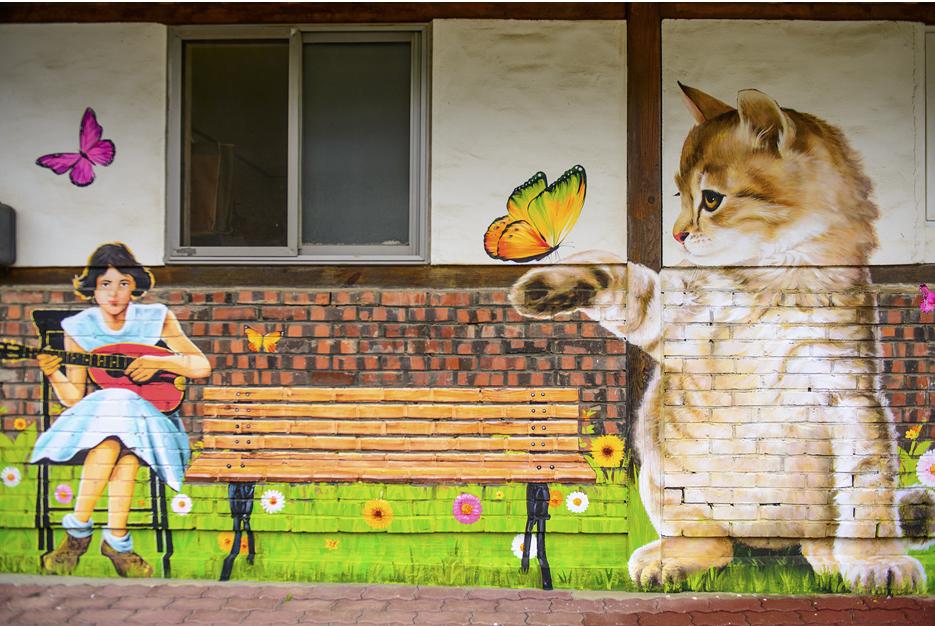 기타치는 소녀, 벤치와 고양이 벽화