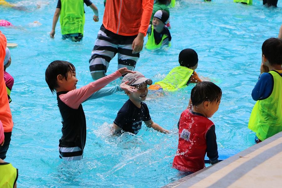 물놀이를 하는 아이들