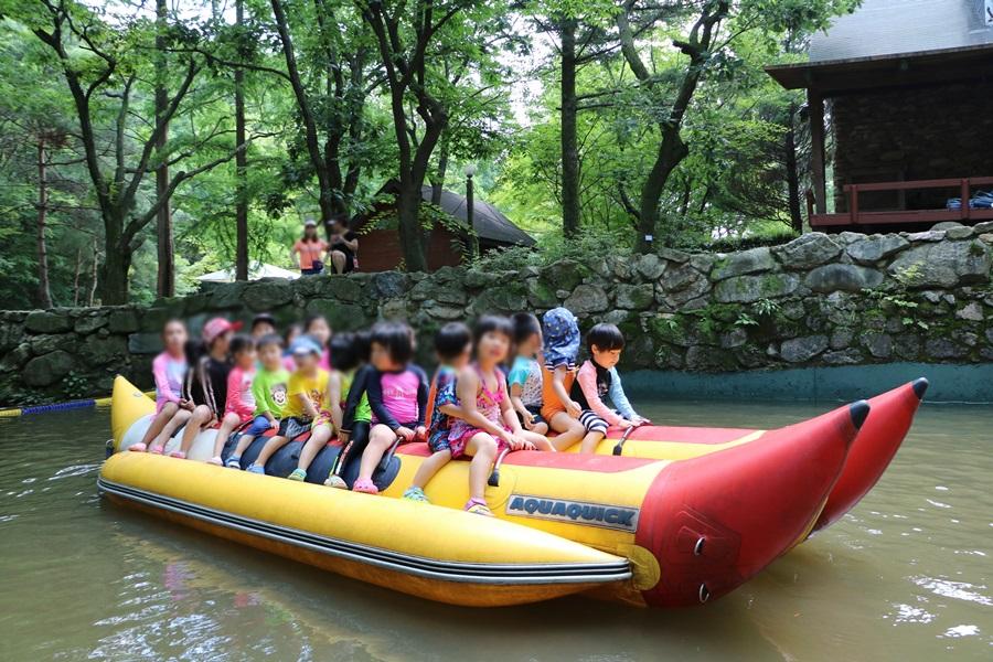 바나나보트를 타는 아이들