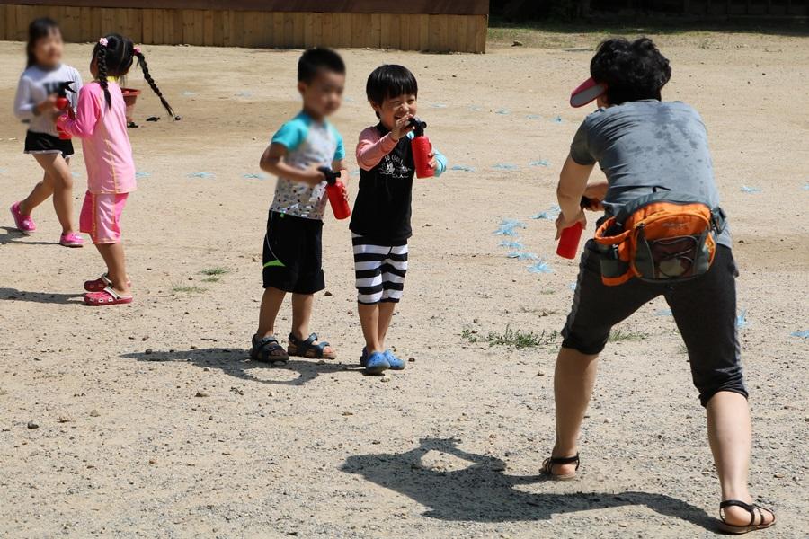 물총놀이 하는 아이들
