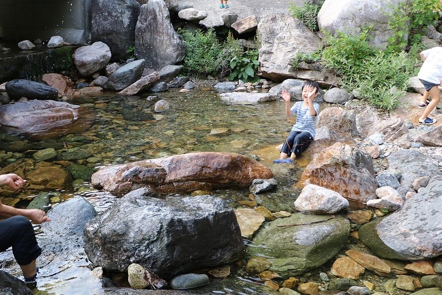 물놀이 하는 아이