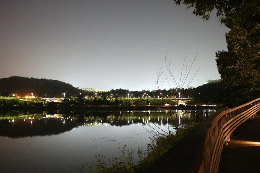 호수에 비친 야경