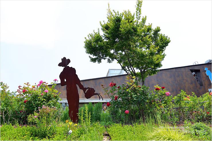 물주는 사람 조형물과 식물정원