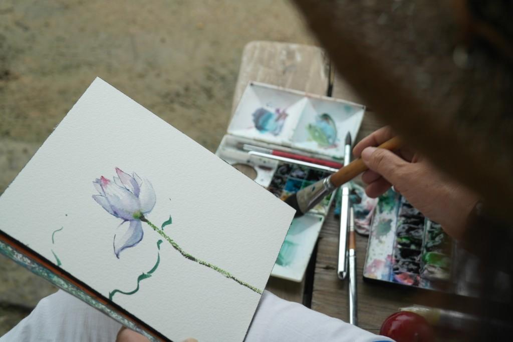 수채화로 연꽃을 그리는 화가