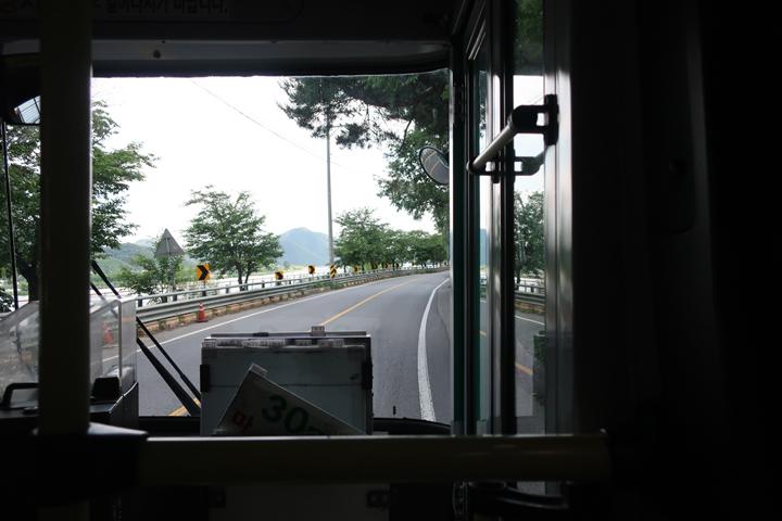 북한강변을 따라 운행중