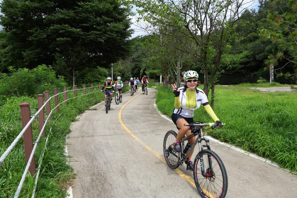 광주 남한강자전거길의 자전거 타는 사람들