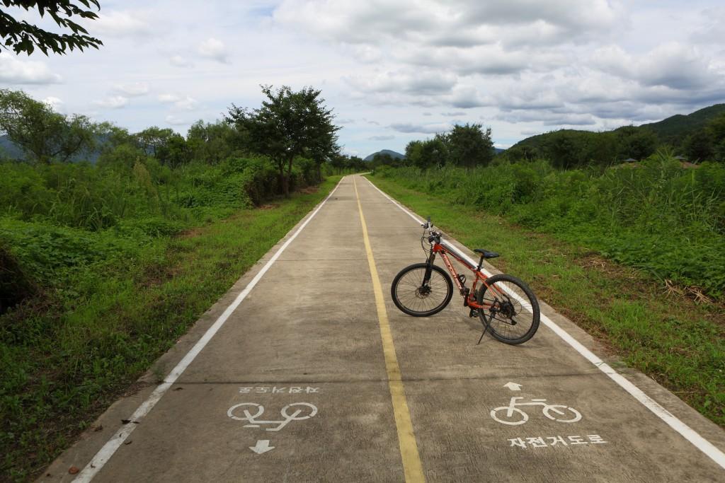 광주 남한강자전거길위의 세워놓은 자전거