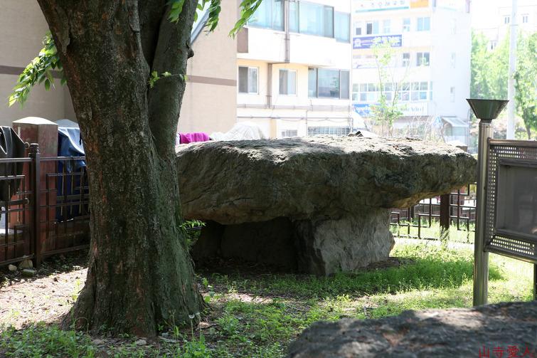 Mohyeon Jiseongmyo (a dolmen)