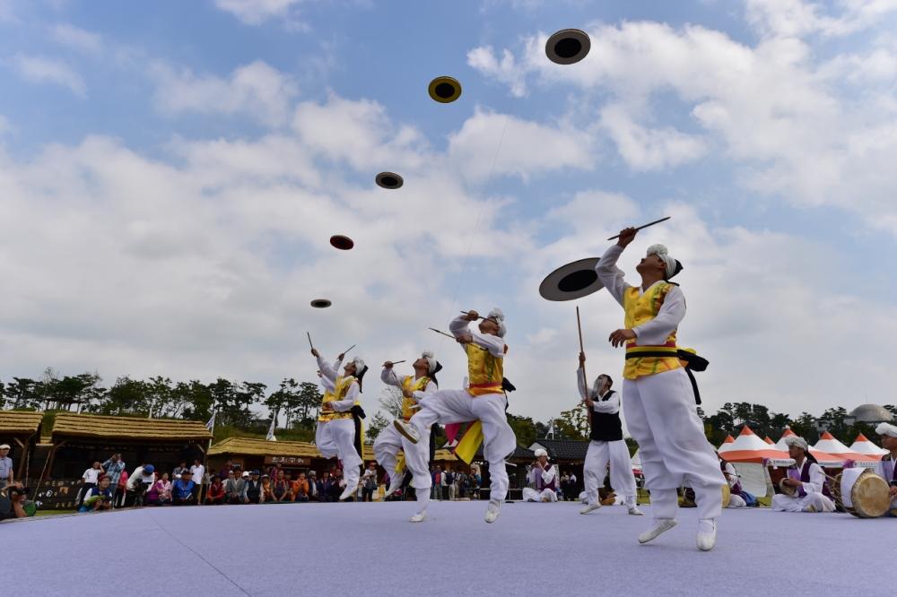 「男寺党(ナムサダン)バウドギ祭り」