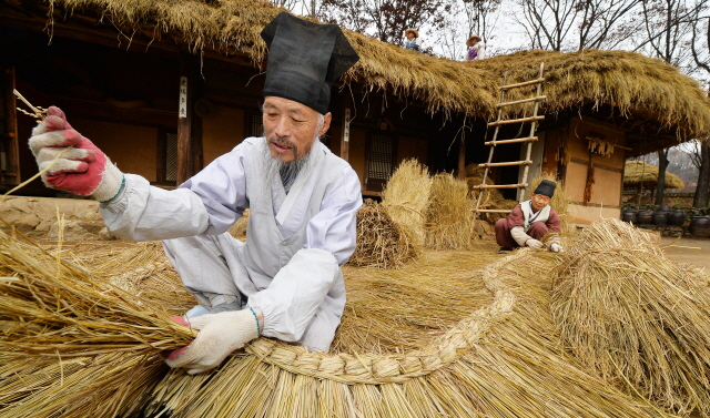 韓国民俗村「藁ぶき屋根葺き替え祭り」